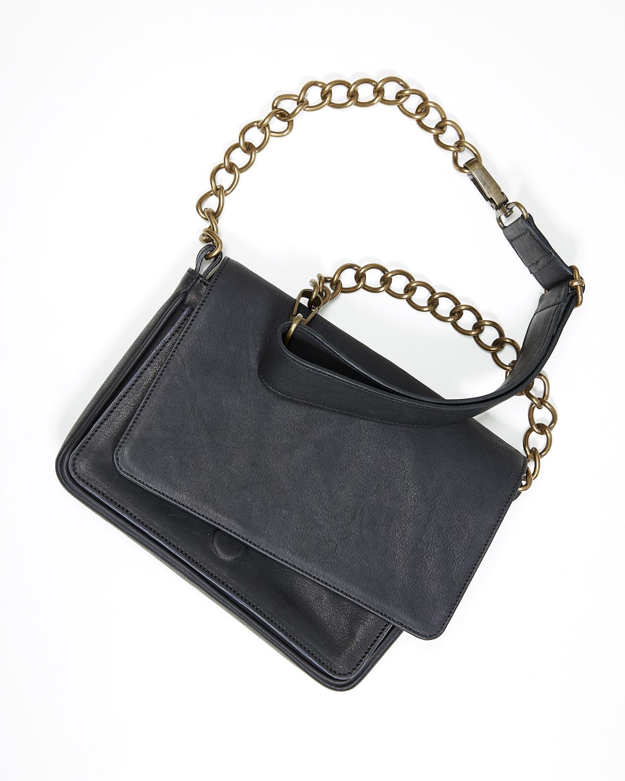 90bcaffa53 In questa occasione la nostra cliente ci chiedeva di realizzare una borsa  pratica, ma elegante, esclusivamente in pelle e non troppo grande.